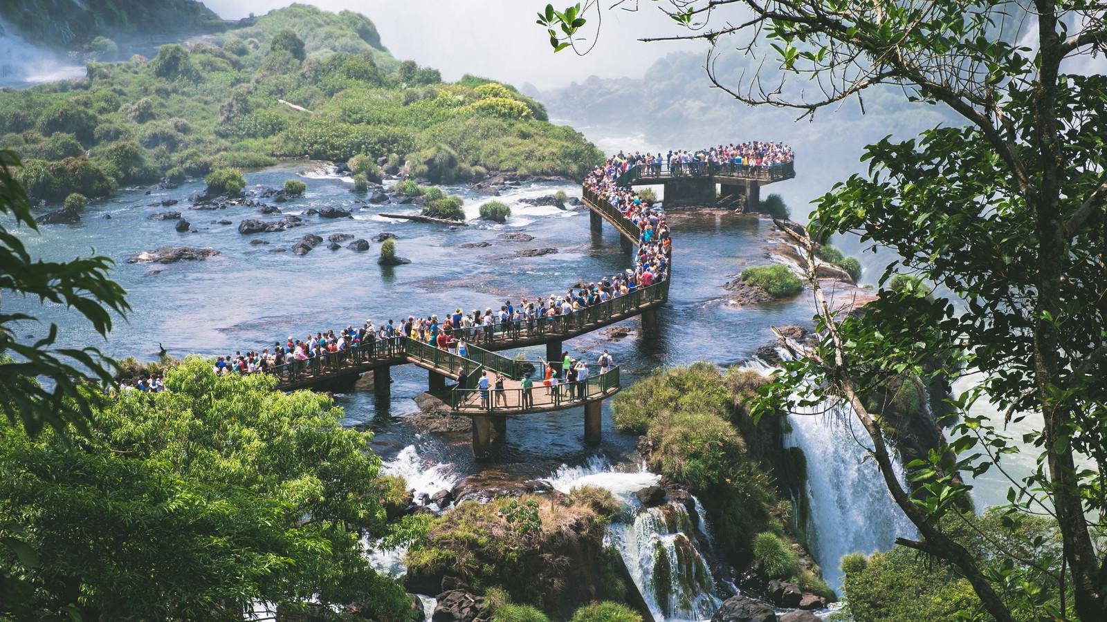絶景の歩道に出来た行列(イグアスの滝)のフリー素材