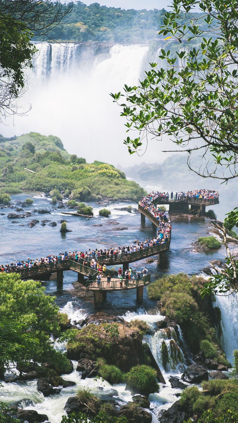 「滝の上の歩道に押し寄せる観光客(イグアスの滝)」の写真