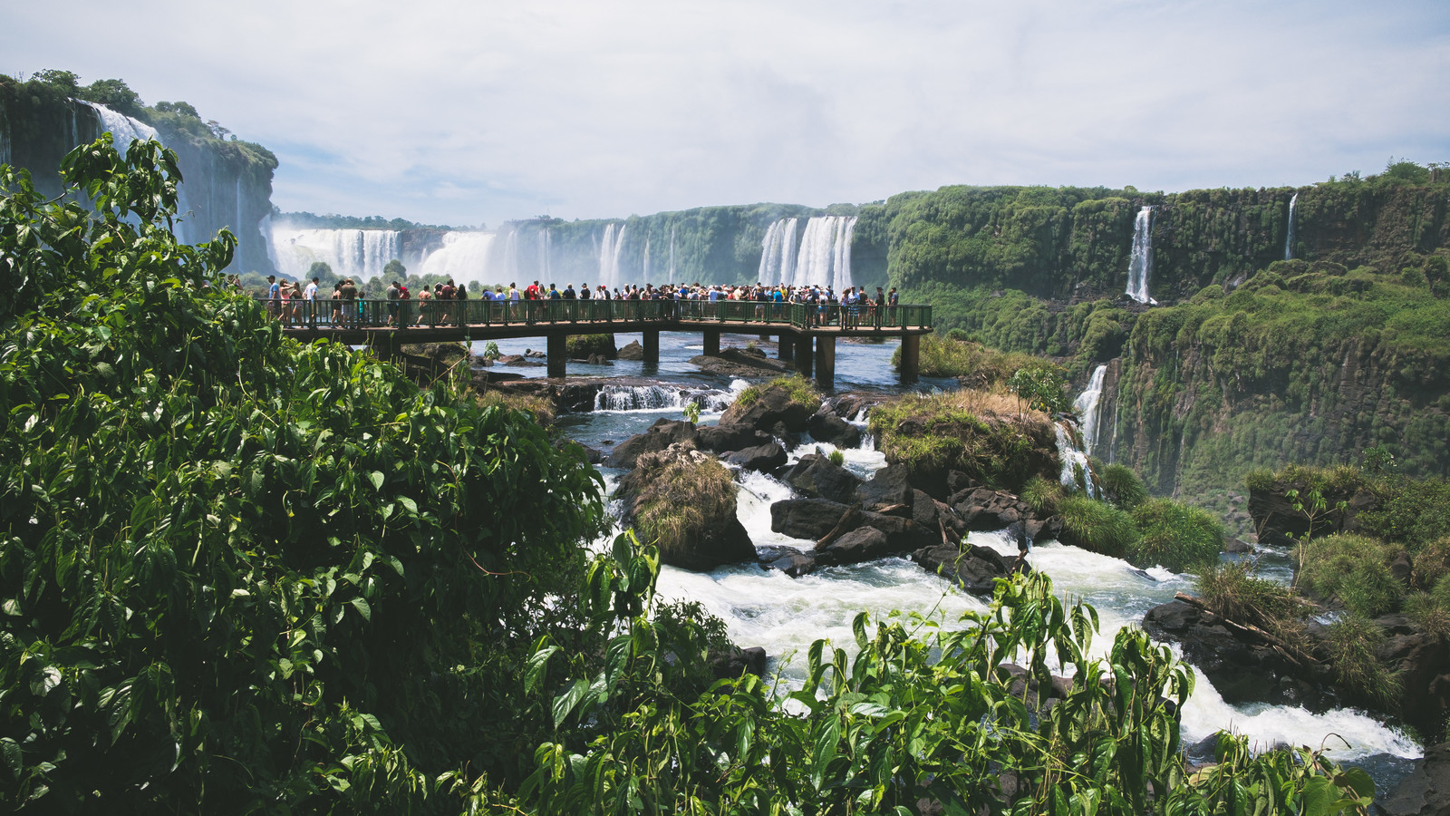 滝の上に設置された遊歩道(イグアスの滝)のフリー素材