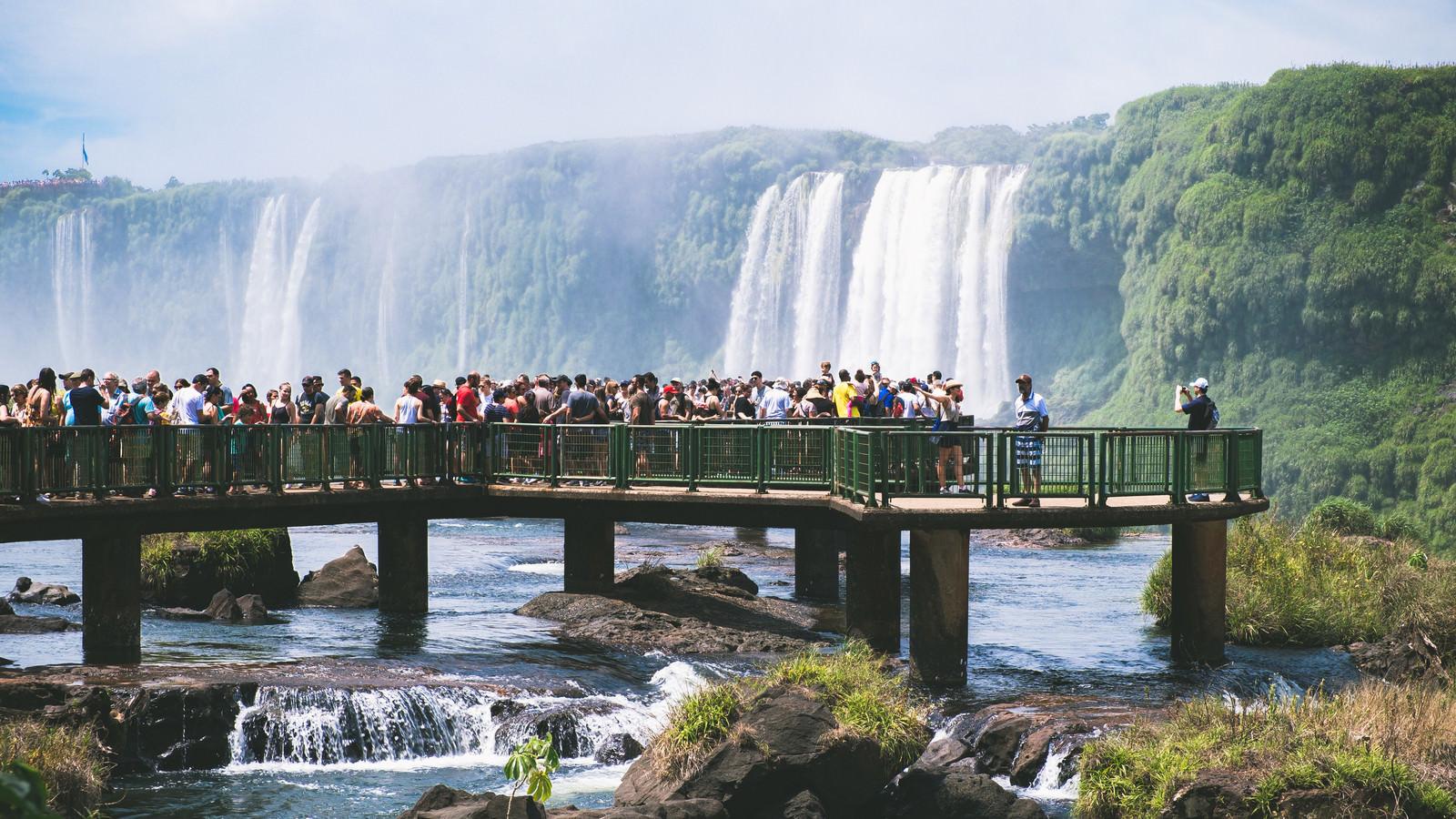 「イグアスの滝の水しぶきと観光客(南米大陸)」の写真