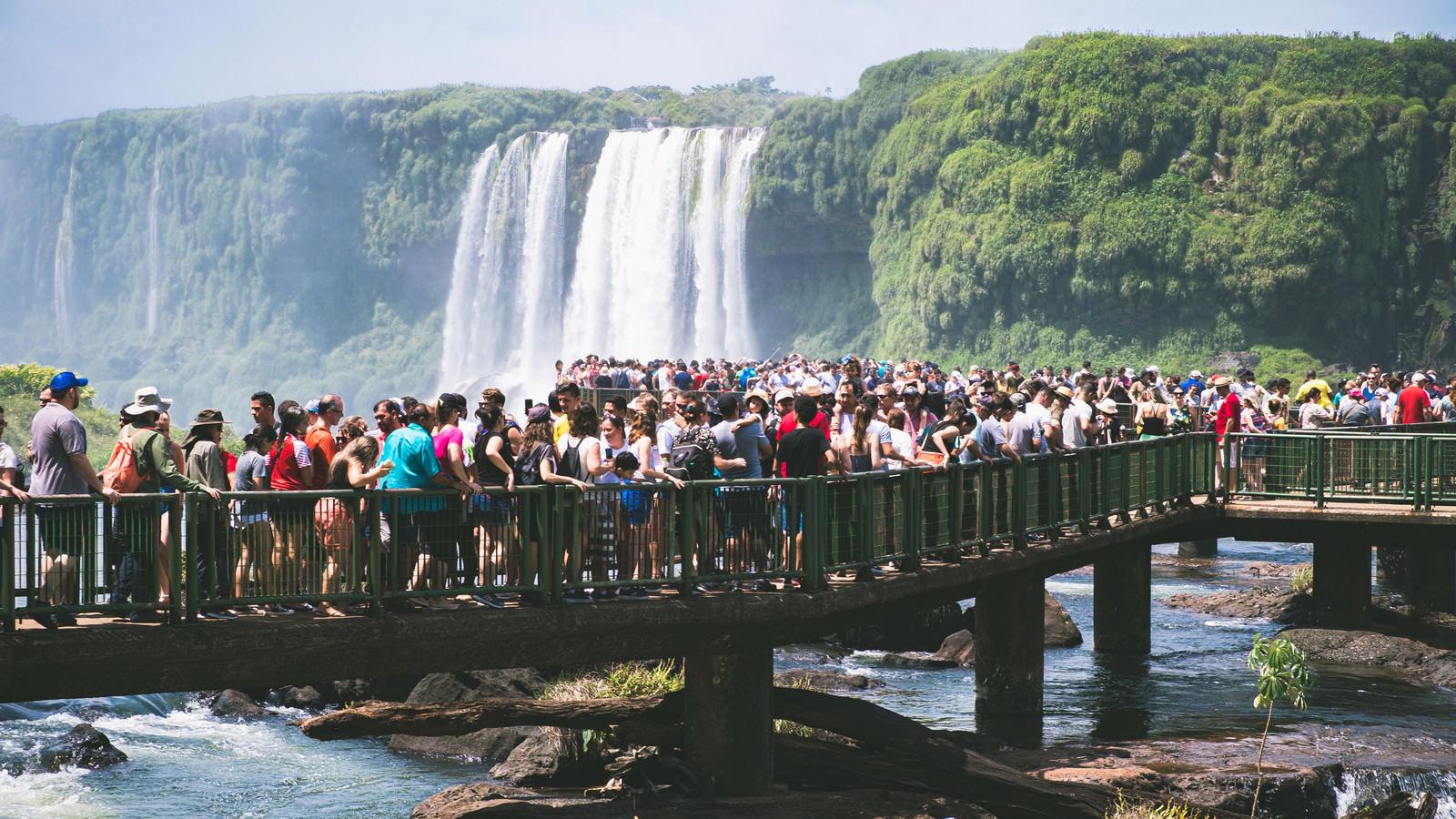 「イグアスの滝を最前線でひと目見る為に行列を作る観光客(南米大陸)」の写真