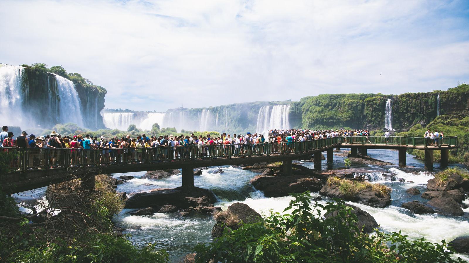 「イグアスの滝見物の長い行列(南米大陸)」の写真