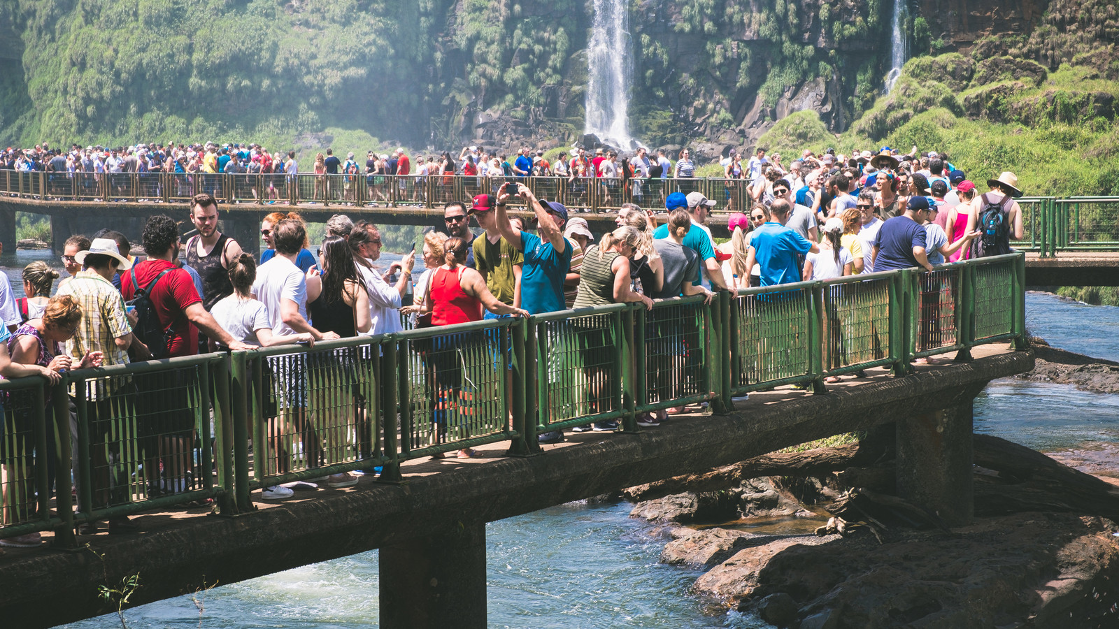 「イグアスの滝を間近に見ようとする観光客の行列」の写真