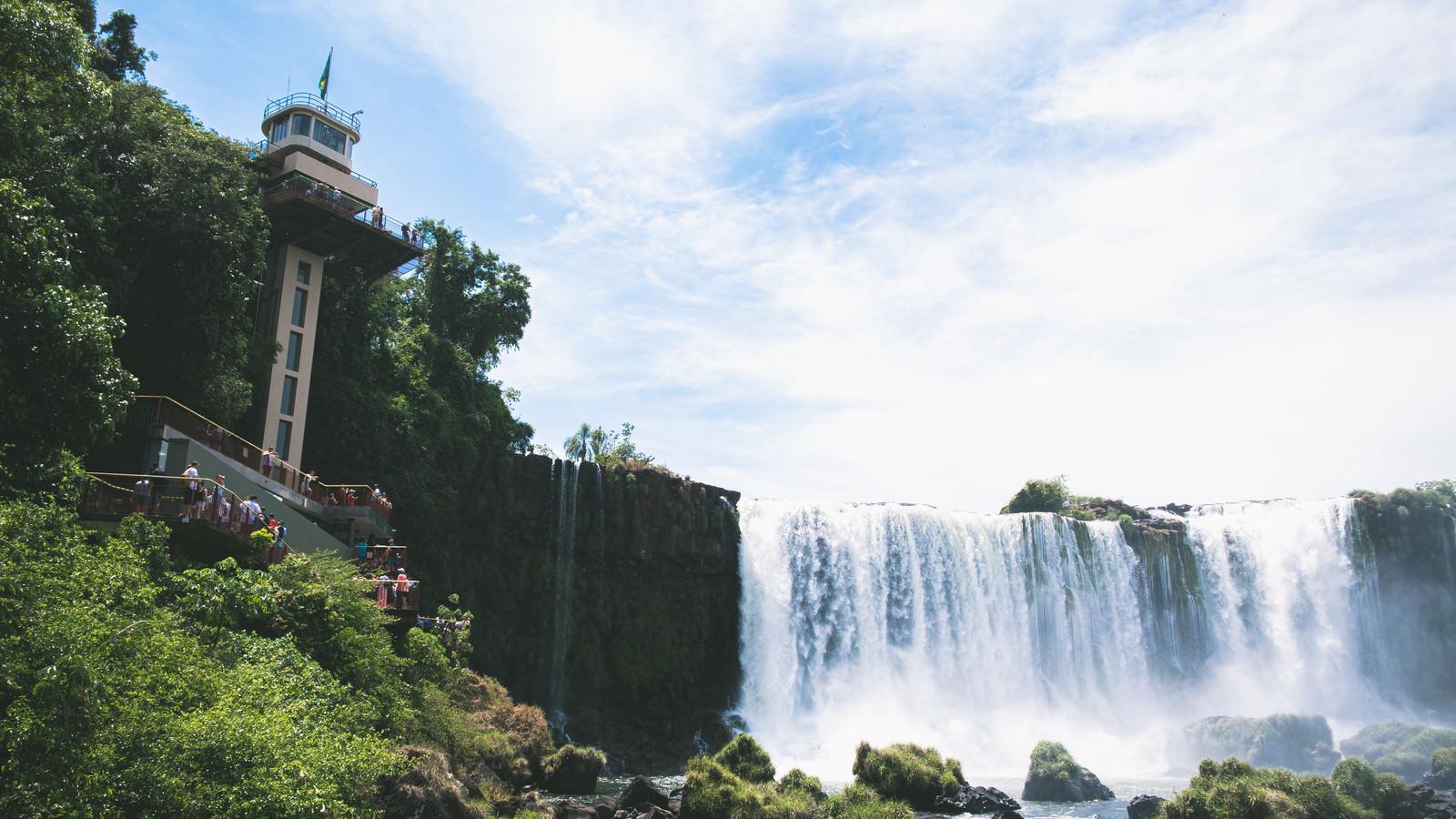 「展望台とイグアスの滝(南米大陸)」の写真