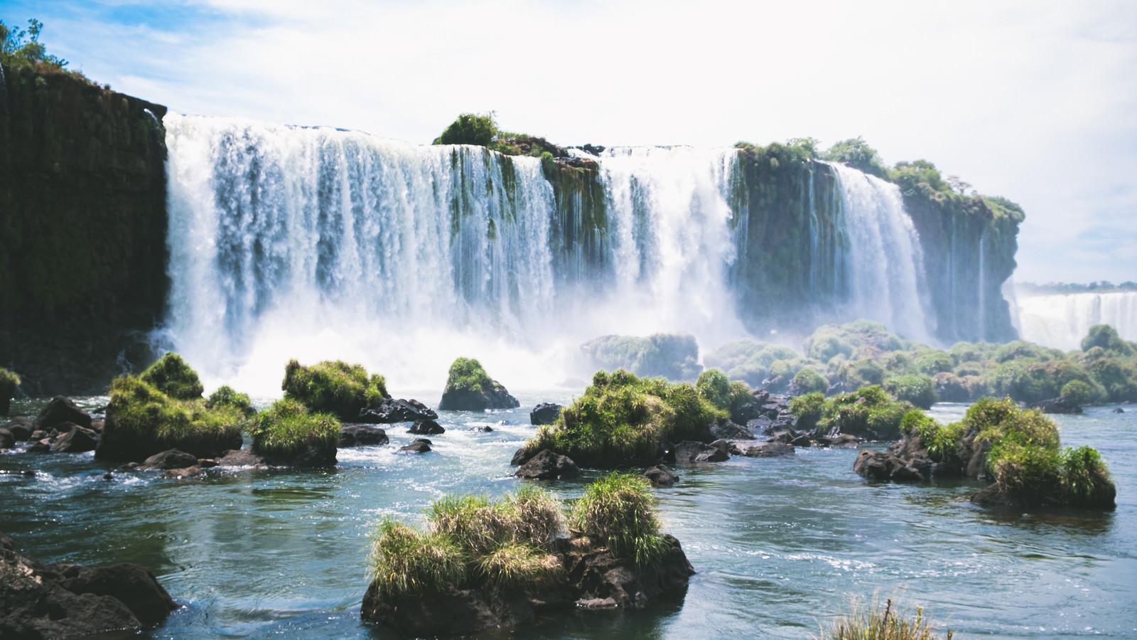 「吹き上がる水飛沫のイグアスの滝(南米大陸)」の写真