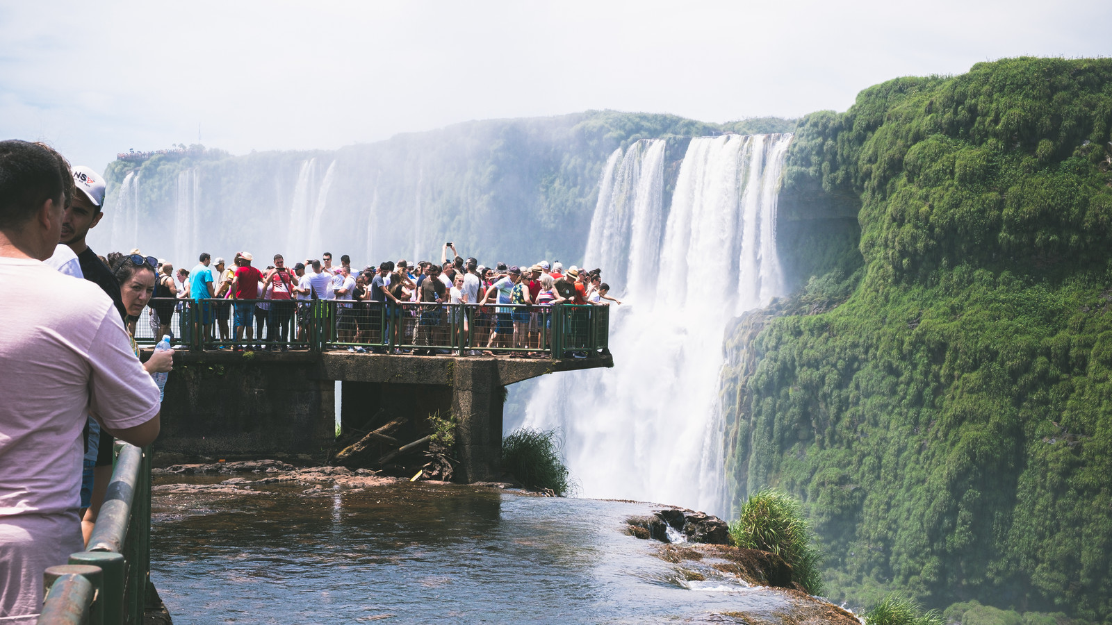 「滝つぼを覗き込むツアー客(イグアスの滝)」の写真