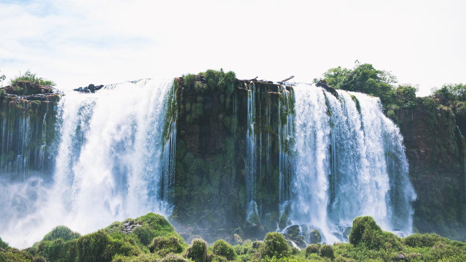 豊富な水量が勢いよく流れ落ちるイグアスの滝のフリー素材