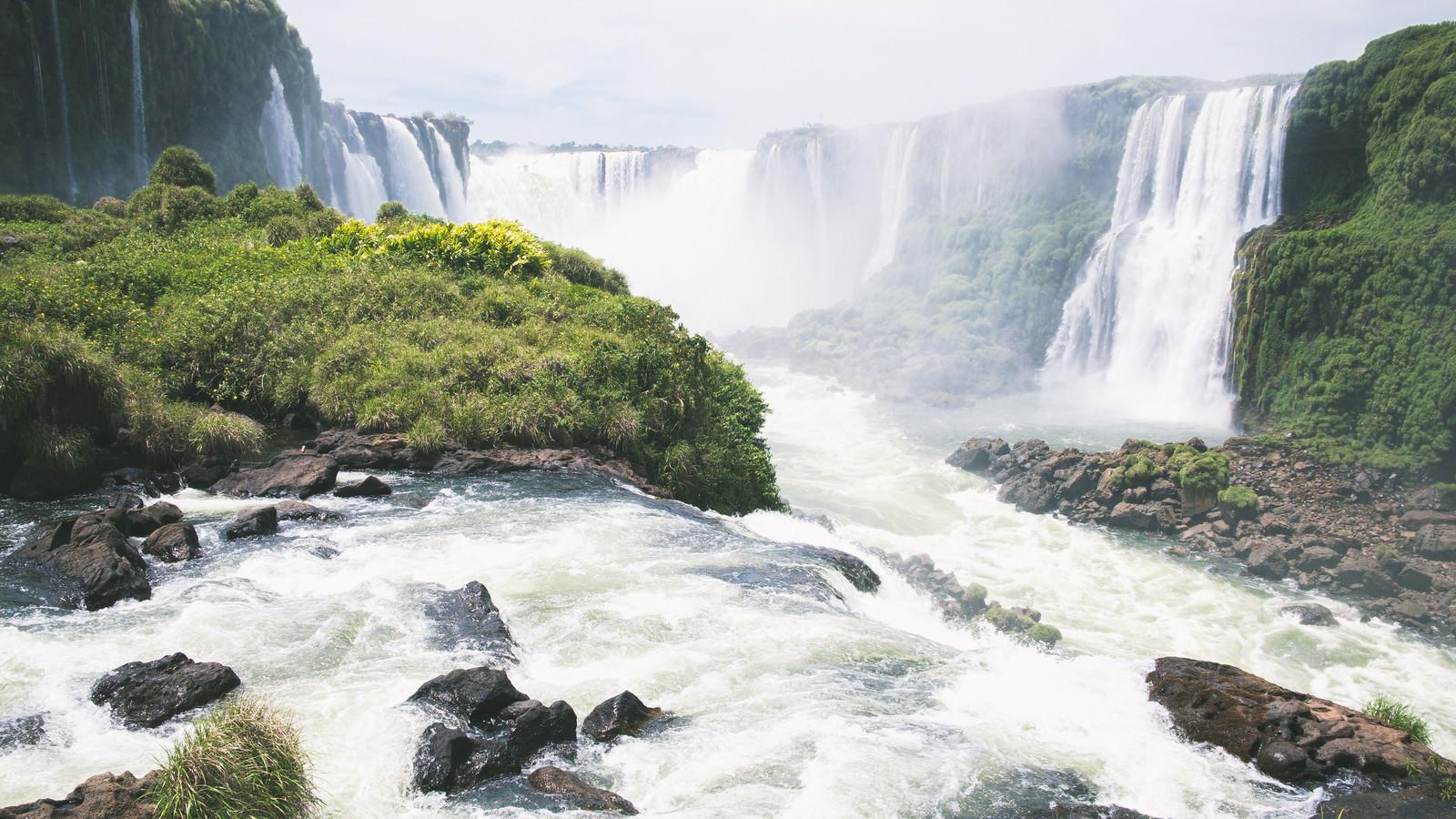 「激しい水の流れとイグアスの滝(南米大陸)」の写真