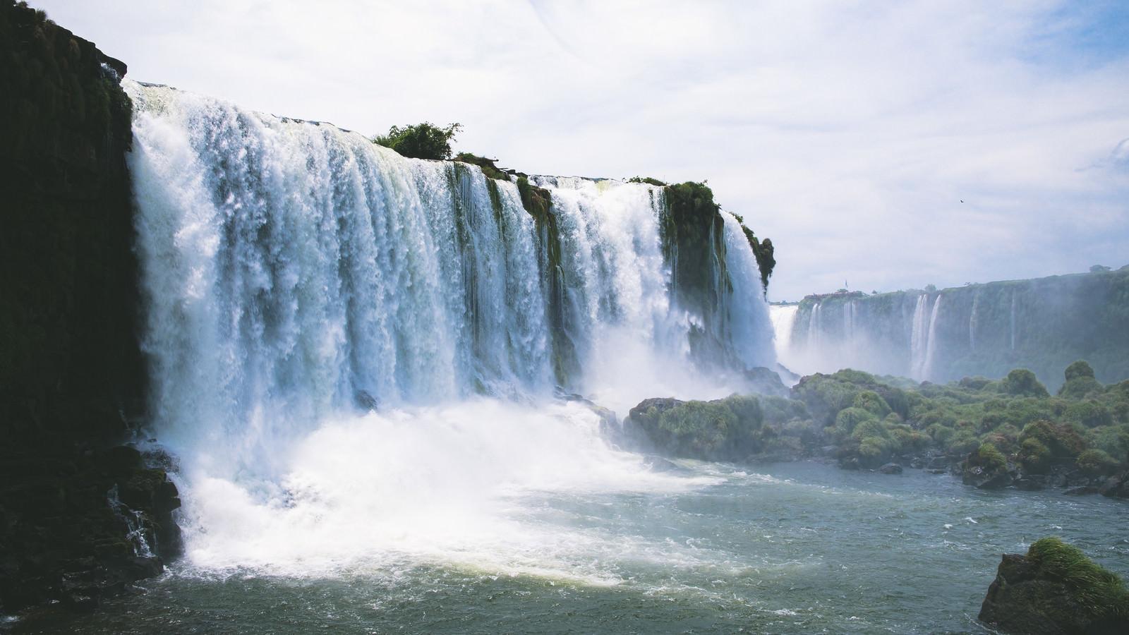 「勢いよく流れ落ちる滝(イグアスの滝)」の写真