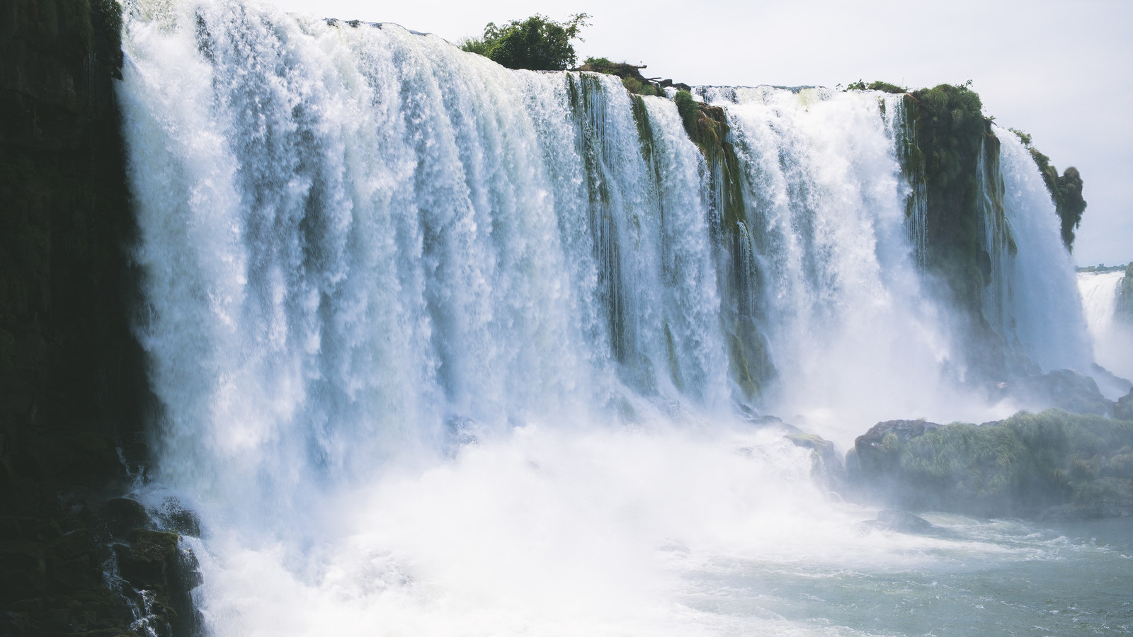 世界三大瀑布のイグアスの滝(南米大陸)のフリー素材