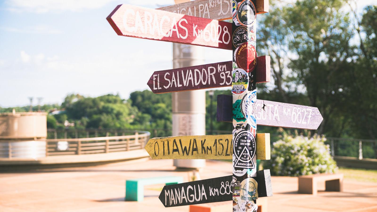 「カラフルな標識(三国国境展望台)」の写真
