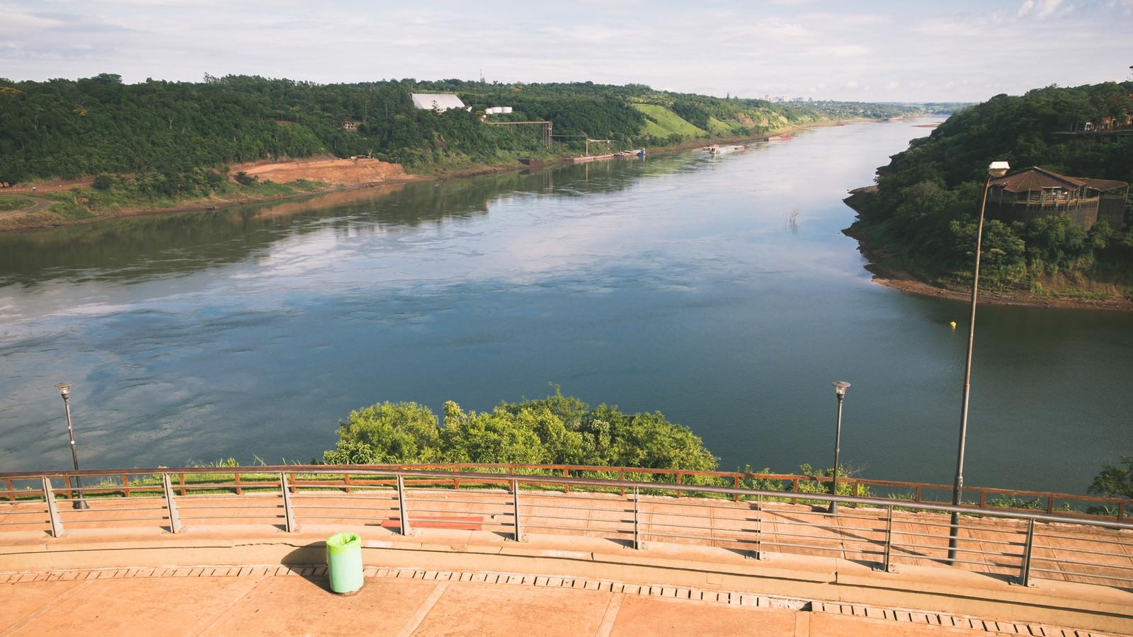 「広場から見た三国国境の川(アルゼンチン・ブラジル・パラグアイ)」の写真