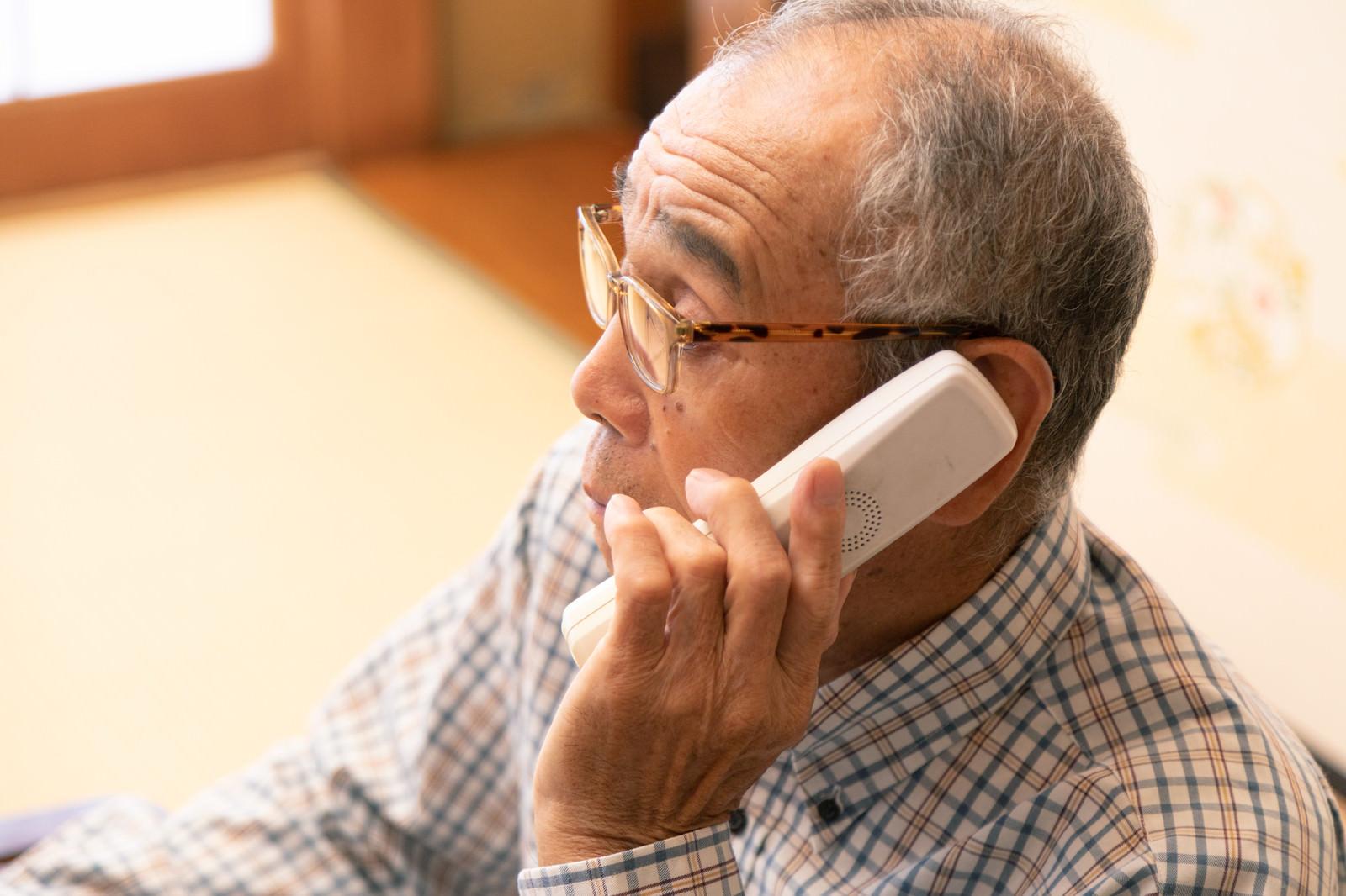 「電話中のお爺さん」の写真[モデル:まーちゃん]