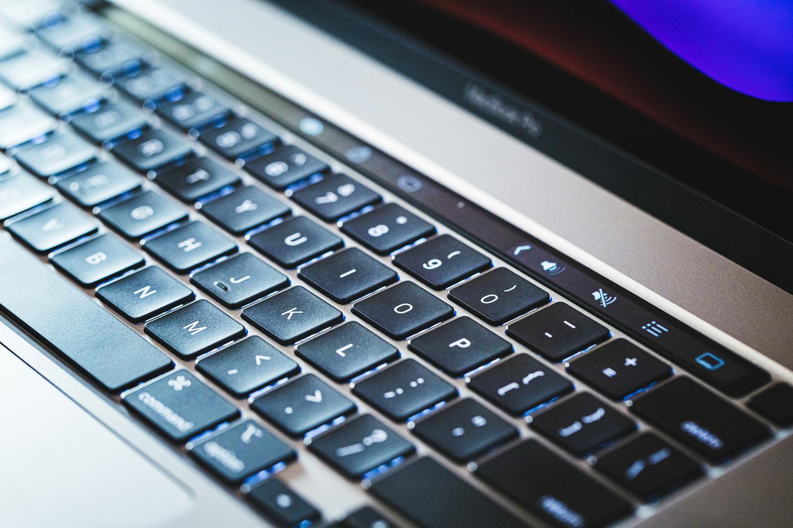 「照明が当たるキーボード」の写真