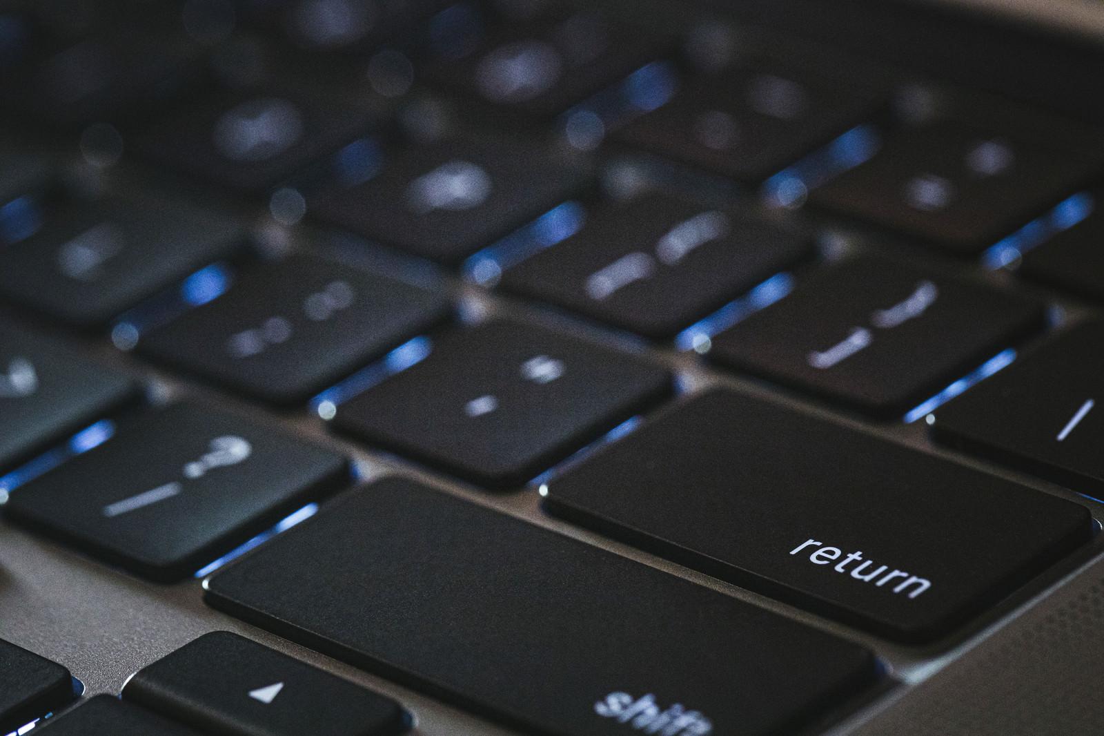 「ライトがついたリターンキー(Macbook)」の写真