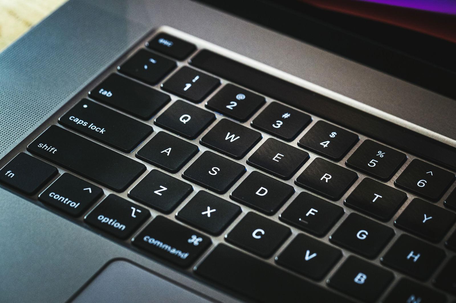 「光に照らされるキーボード(Macbook)」の写真