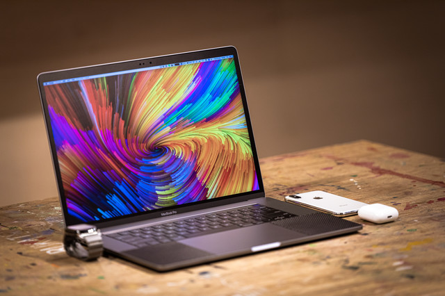 作業机とMacBookの写真