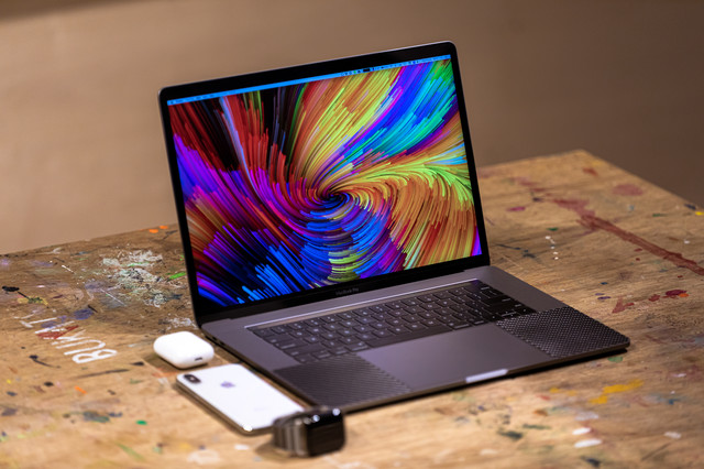 作業台の上に並べられたガジェット(MacBook Pro)の写真
