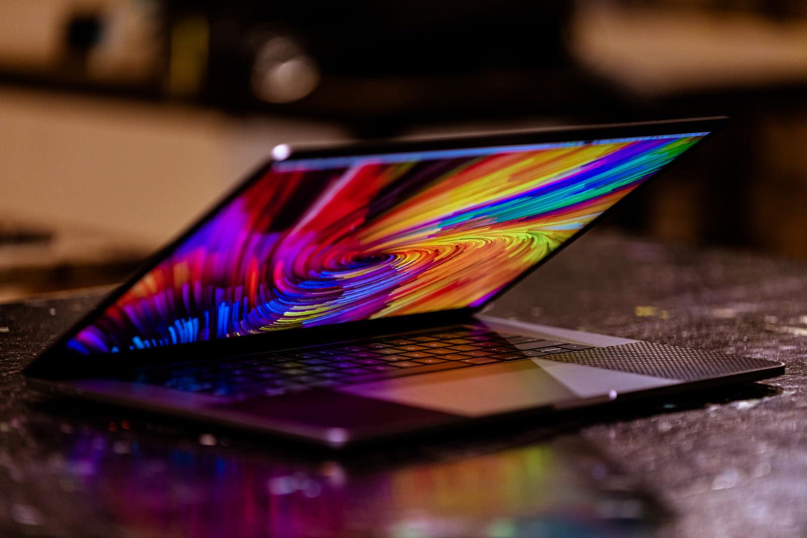 「開閉するMacBook」の写真