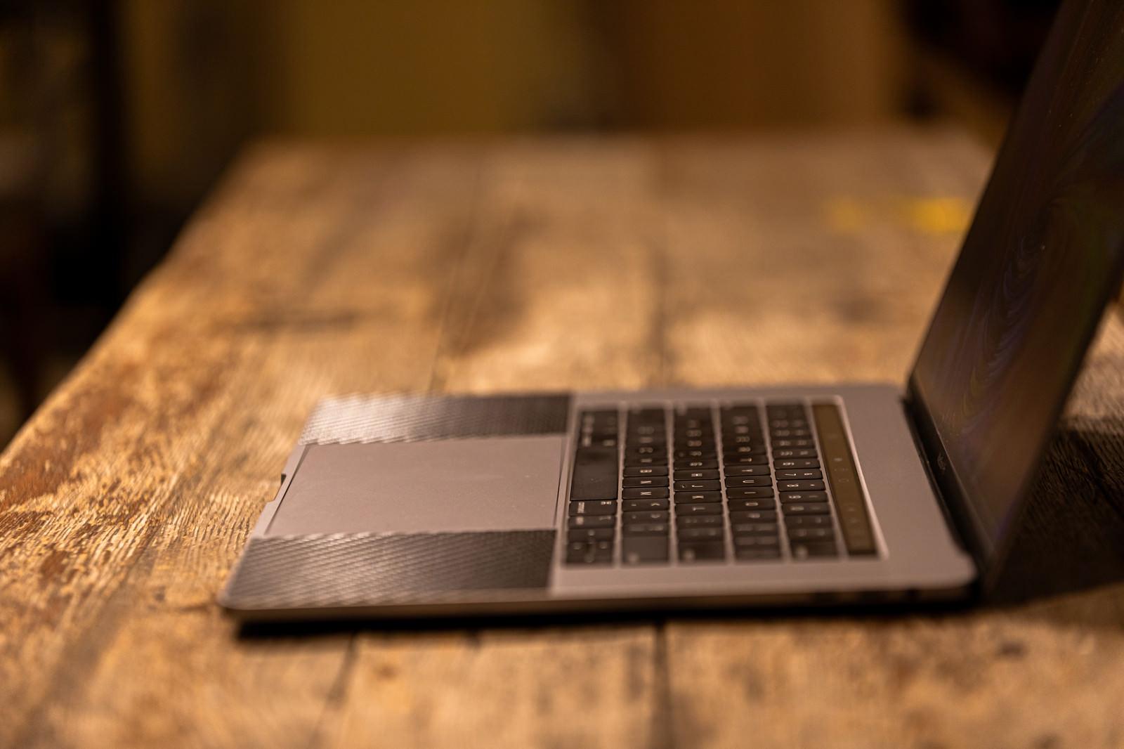 「横から見たキーボード部分(MacBook Pro)」の写真