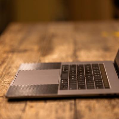 横から見たキーボード部分(MacBook Pro)の写真
