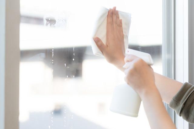 暮れの大掃除で窓を拭くの写真