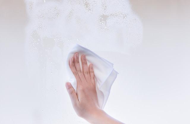 窓を乾拭きする様子