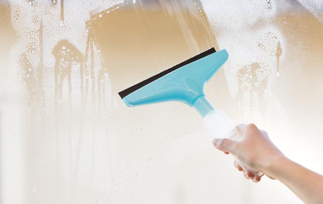 水切りワイパーで窓掃除の写真