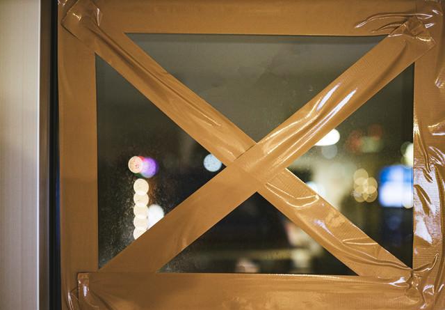 窓ガラスにテープを✕に貼って割れないようにするの写真