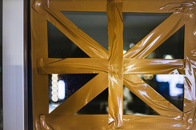 窓ガラスに強風対策を施しましたの写真