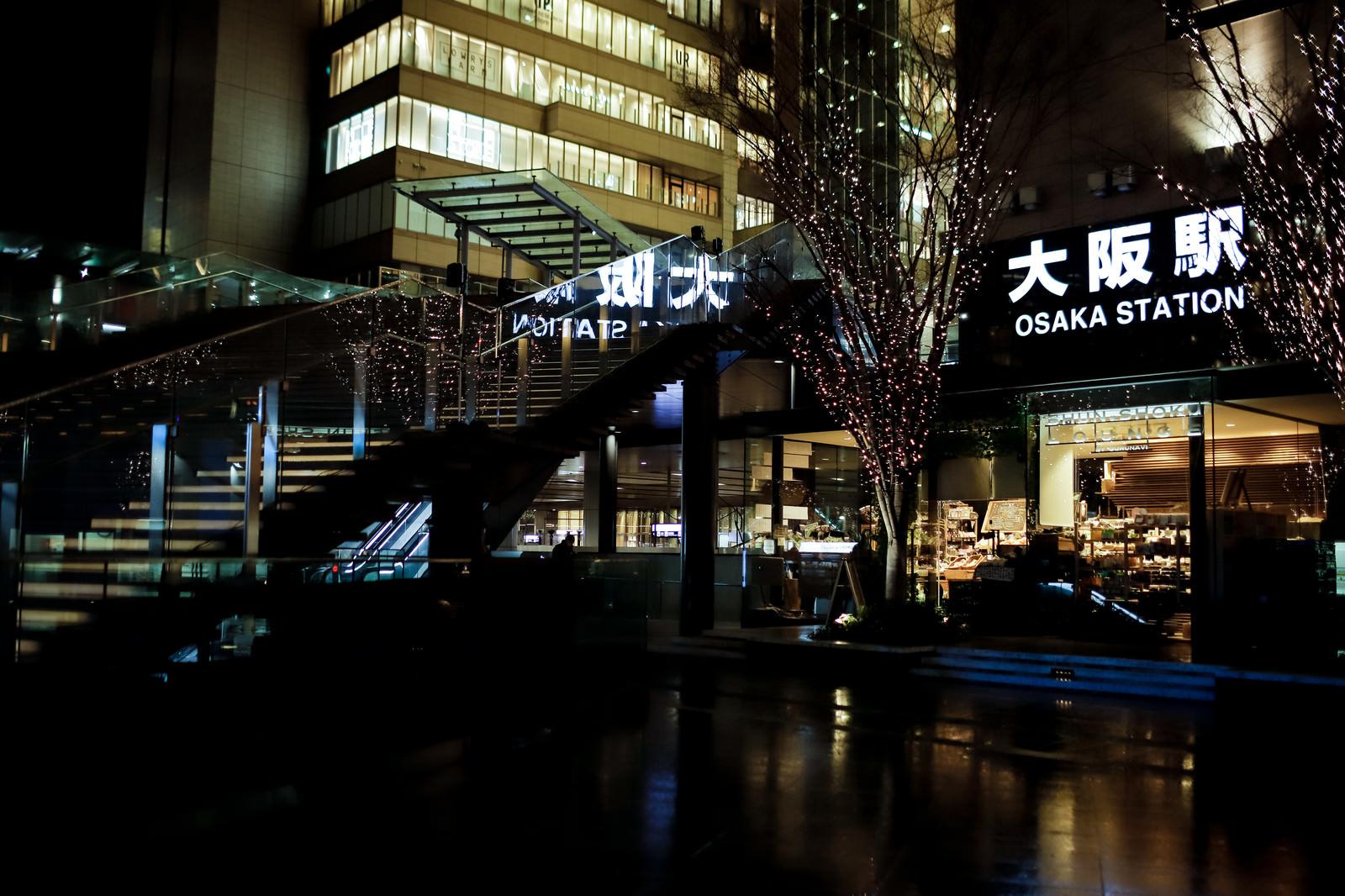 「雨上がりの大阪駅前の夜景」の写真