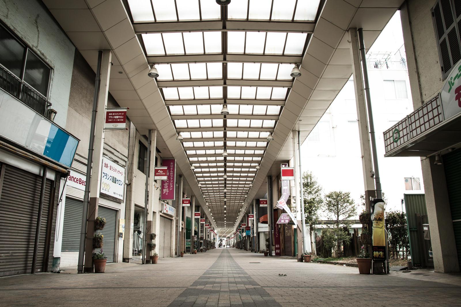 「シャッターが閉まった前橋中心商店街」の写真