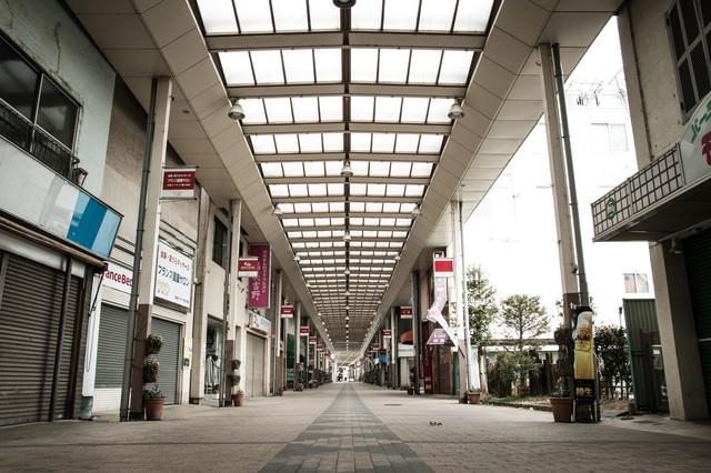 シャッターが閉まった前橋中心商店街の写真