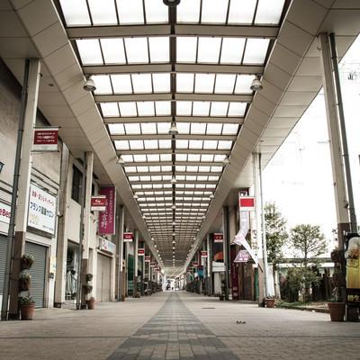 「シャッターが閉まった前橋中心商店街」の写真素材
