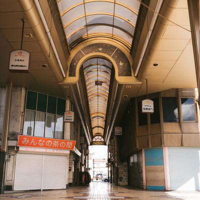 「雨の日でも安心! アーケードがある商店街(前橋商店街)」の写真素材
