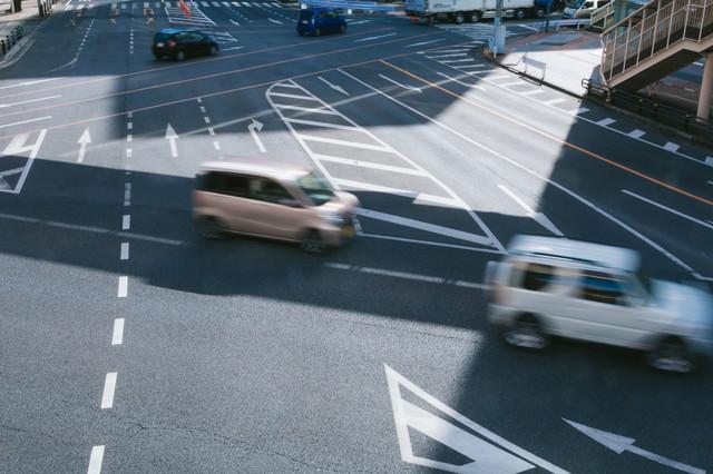 車線が複雑な道路の写真