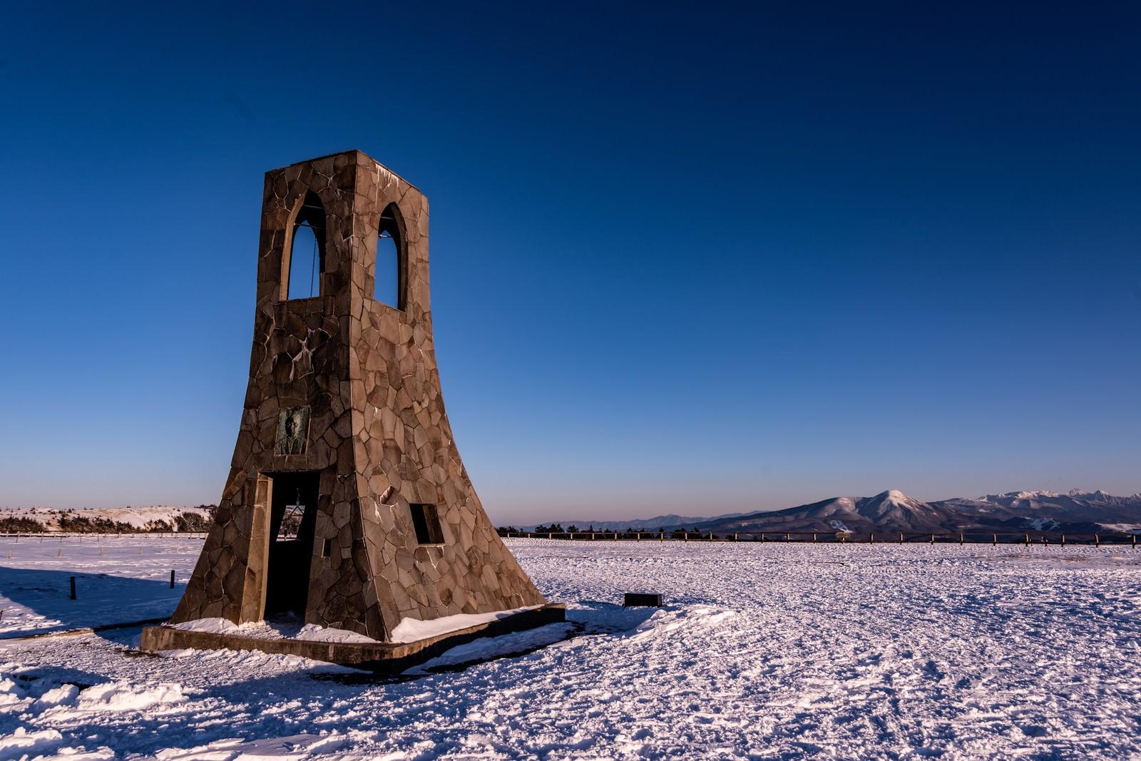 「雪原に建てられた避難塔」の写真