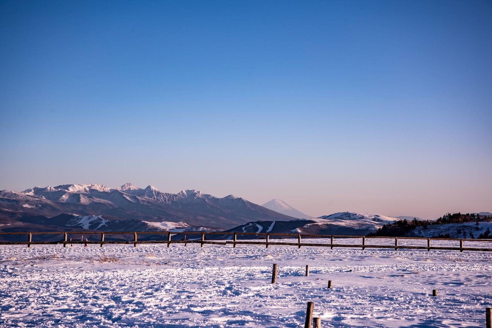 「大雪原の先に見える富士山」の写真