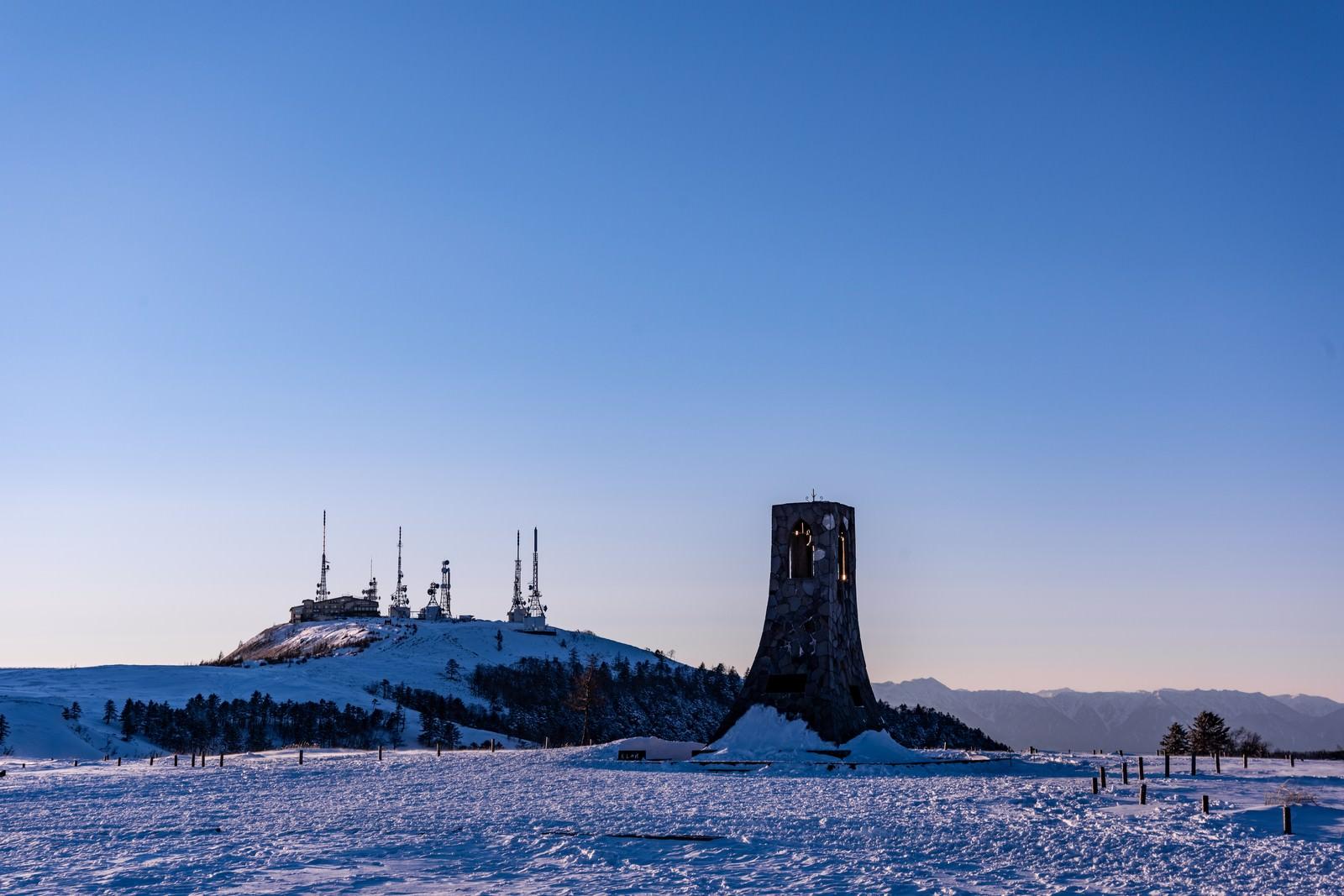 「雪原の避難塔と電波塔」の写真
