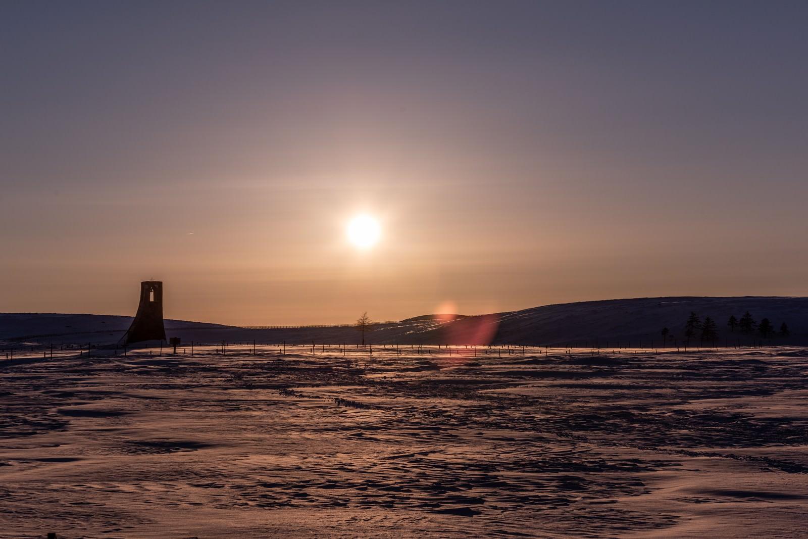 「夕暮れの雪原と避難塔」の写真