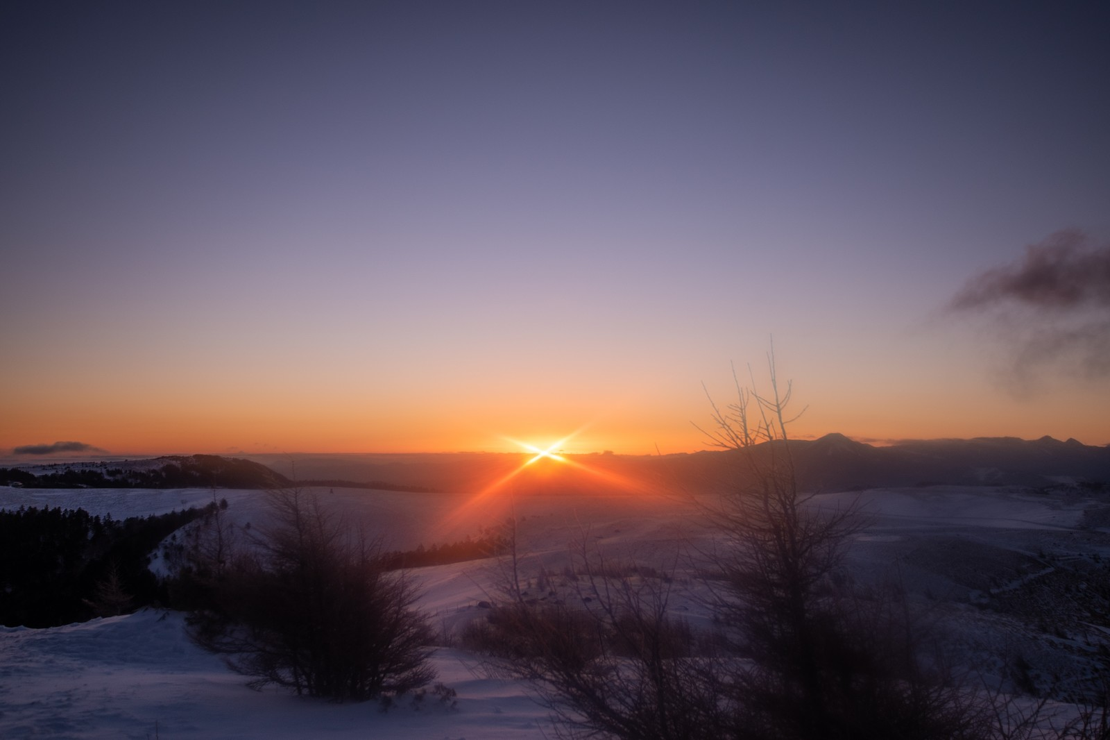 「冬の美ヶ原高原の夜明け」の写真