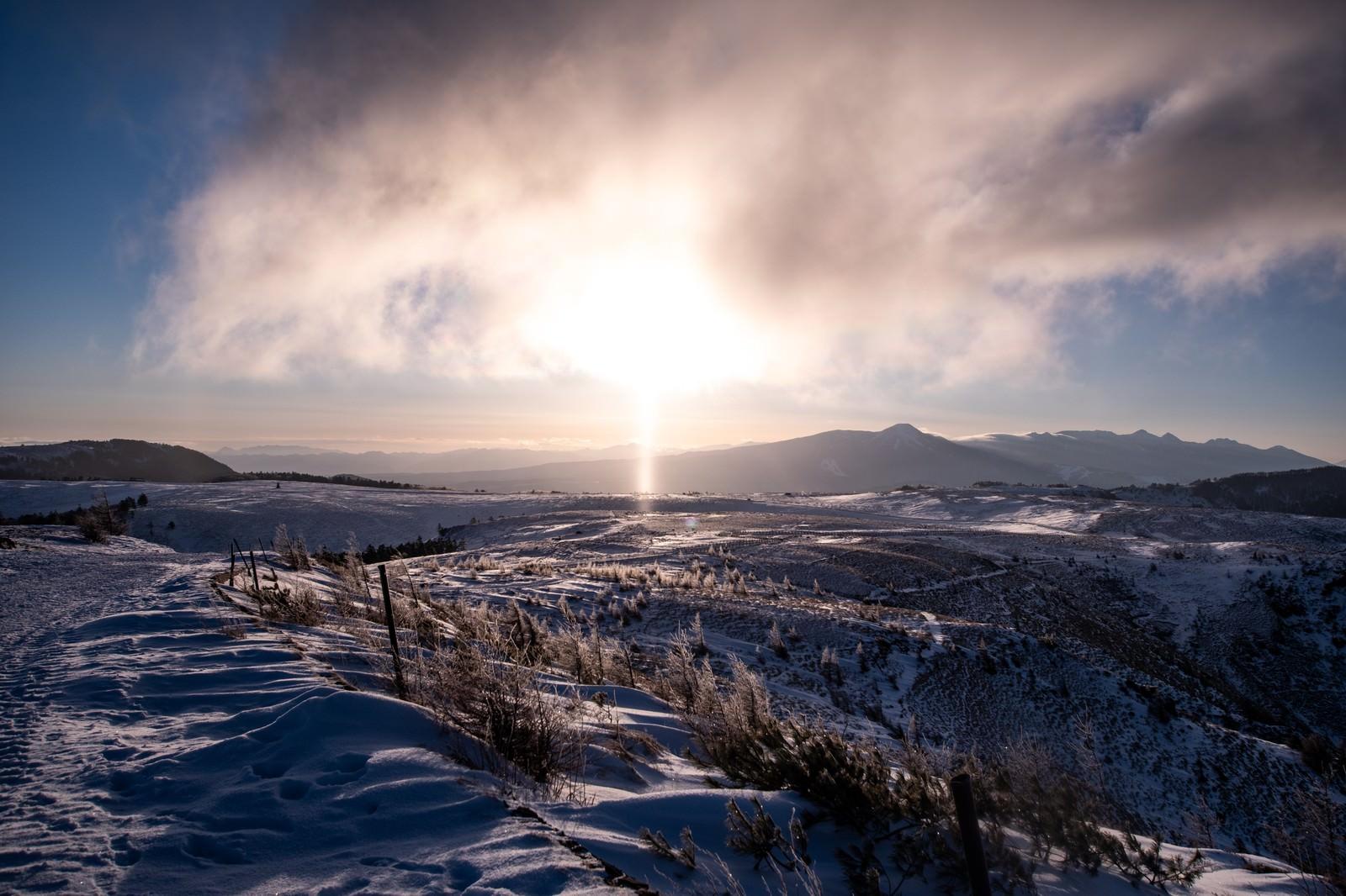 「冬の美ヶ原高原に現れた朝日のサンピラー(太陽柱)」の写真