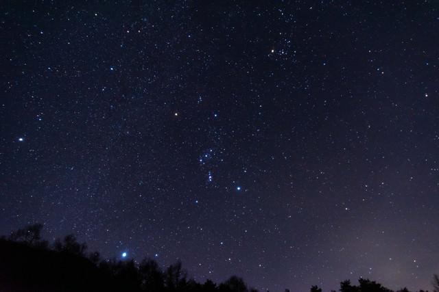 巣栗渓谷から見たオリオン座の写真