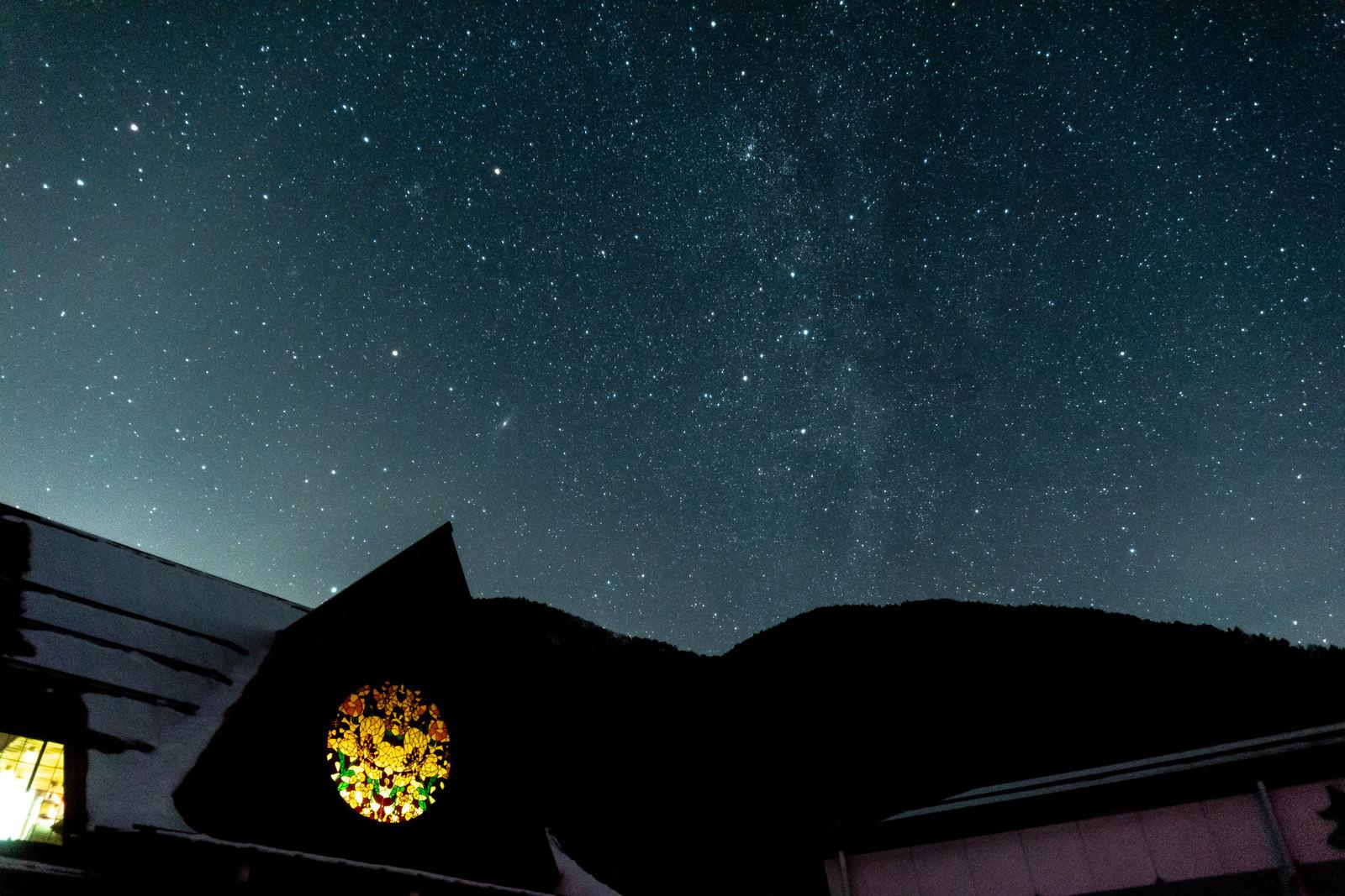 「ステンドグラスと天の川(武石観光センター) | 写真の無料素材・フリー素材 - ぱくたそ」の写真