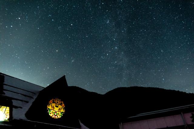 ステンドグラスと天の川(武石観光センター)の写真