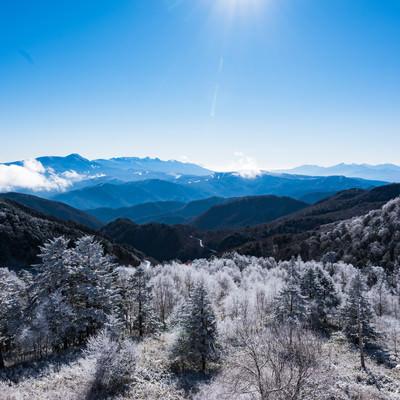 冬の樹氷と美ヶ原の遠景の写真