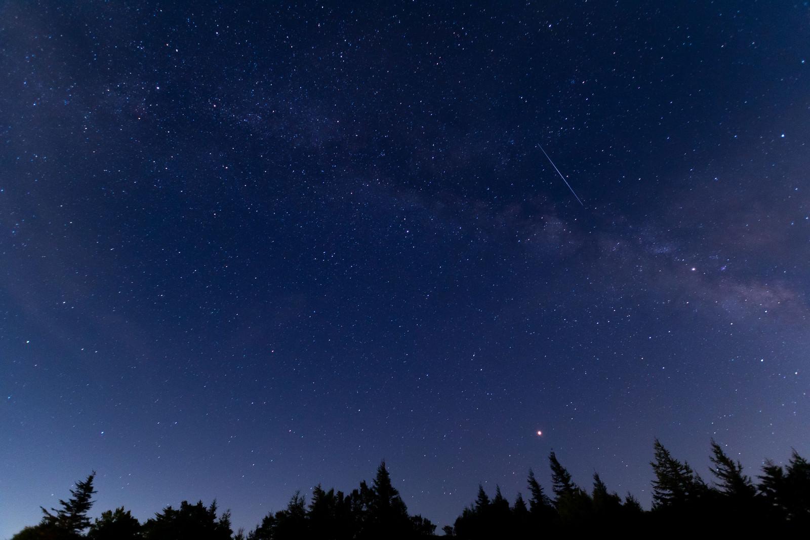 「物見石山から見た天の川と流れ星(美ヶ原)」の写真