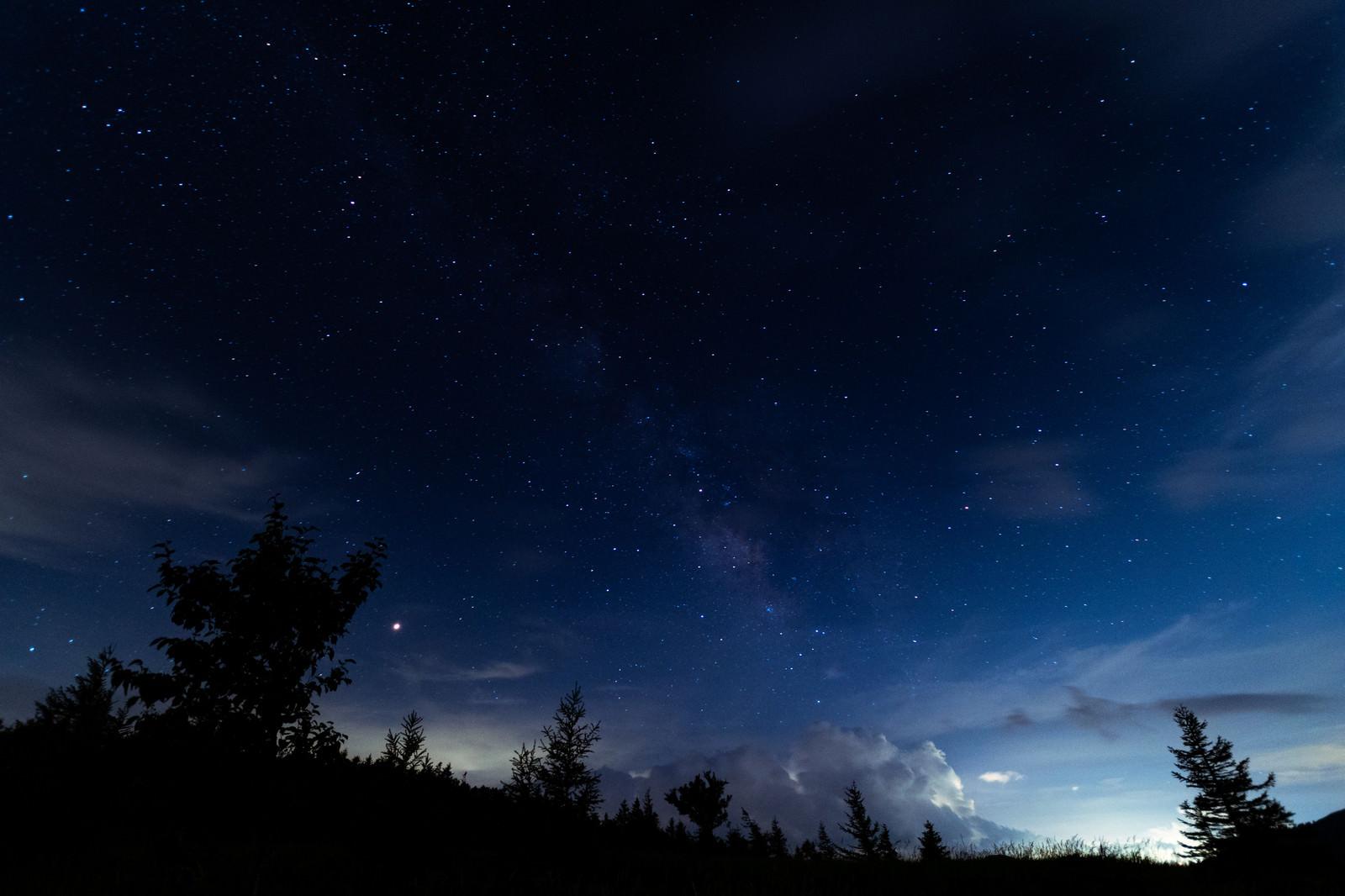 「美ヶ原物見石山から立ち上がる天の川」の写真