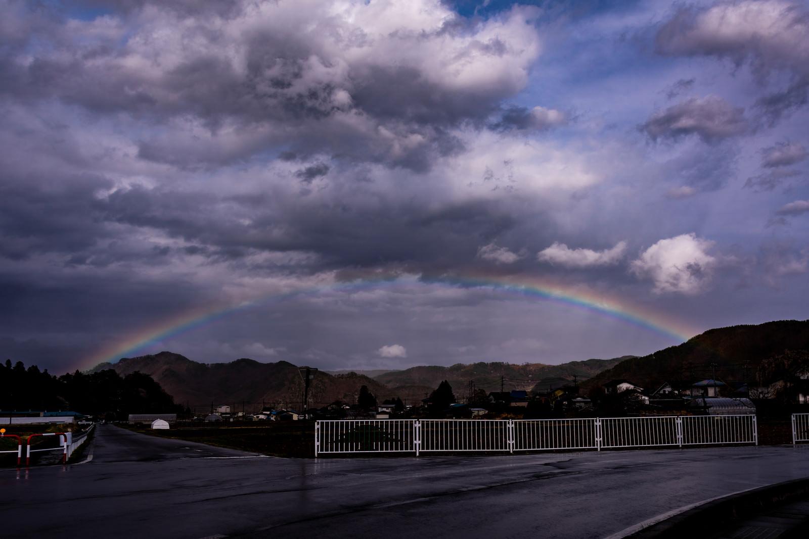 「雨上がりの空にかかる虹」の写真