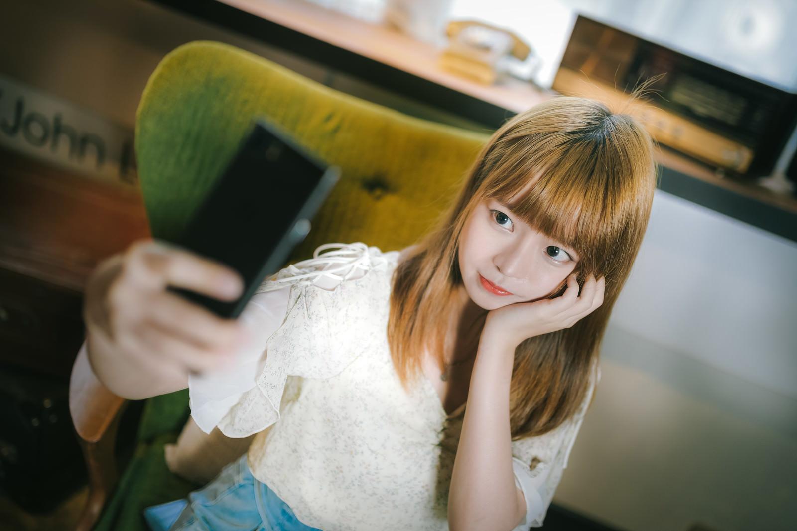 「自撮り女子」の写真[モデル:まめち]